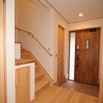玄関ホール 自然素材のフローリングと扉の色合いが温かく迎えてくれます