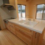 キッチン 外国のキッチンのようにとのご要望で、白いタイル天板、2ボールシンク+水栓にしました
