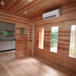 リビング 床・壁・天井の杉板を張りました