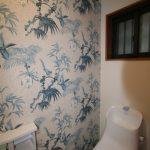 奥様のご希望で一面を柄の壁紙にしました 殺風景なトイレが華やかになりました