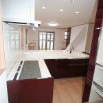 リビングに面しているキッチンカウンター上に棚を設けず、オープンキッチンにしました 広さを感じます