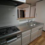 キッチン:シンク前に調味料等を入れる棚を造りました