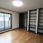 洋室:天井までの本棚はたっぷりと収納できます