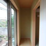 1階広縁:和室の前に庭を眺める広縁を造りました。